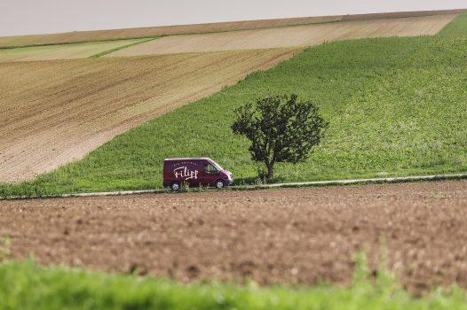 auto faehrt durch landschaft